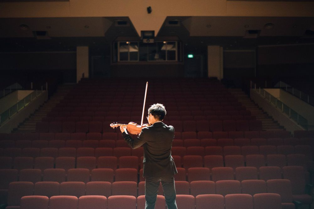 hlediště a houslista